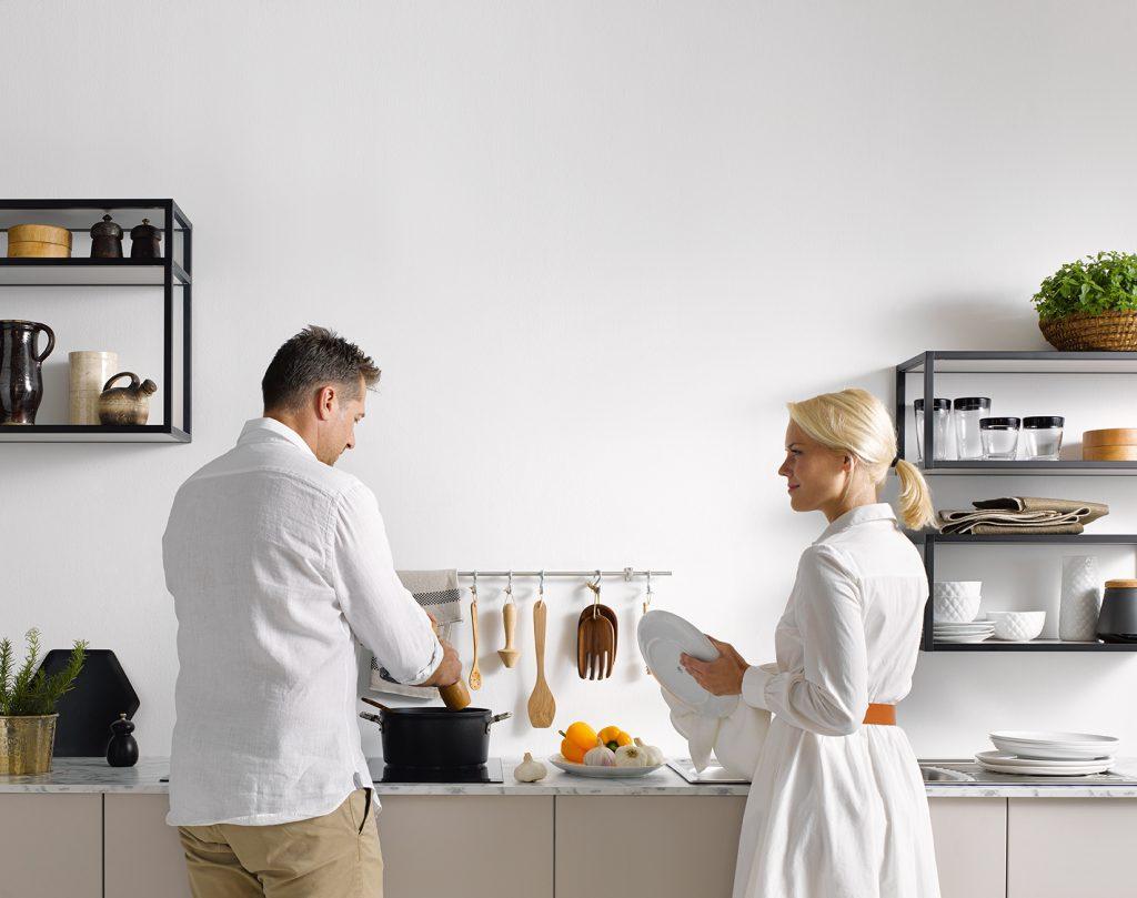 couple devant un plan de travail d'une cuisine Boncquet, conseils concernant la hauteur