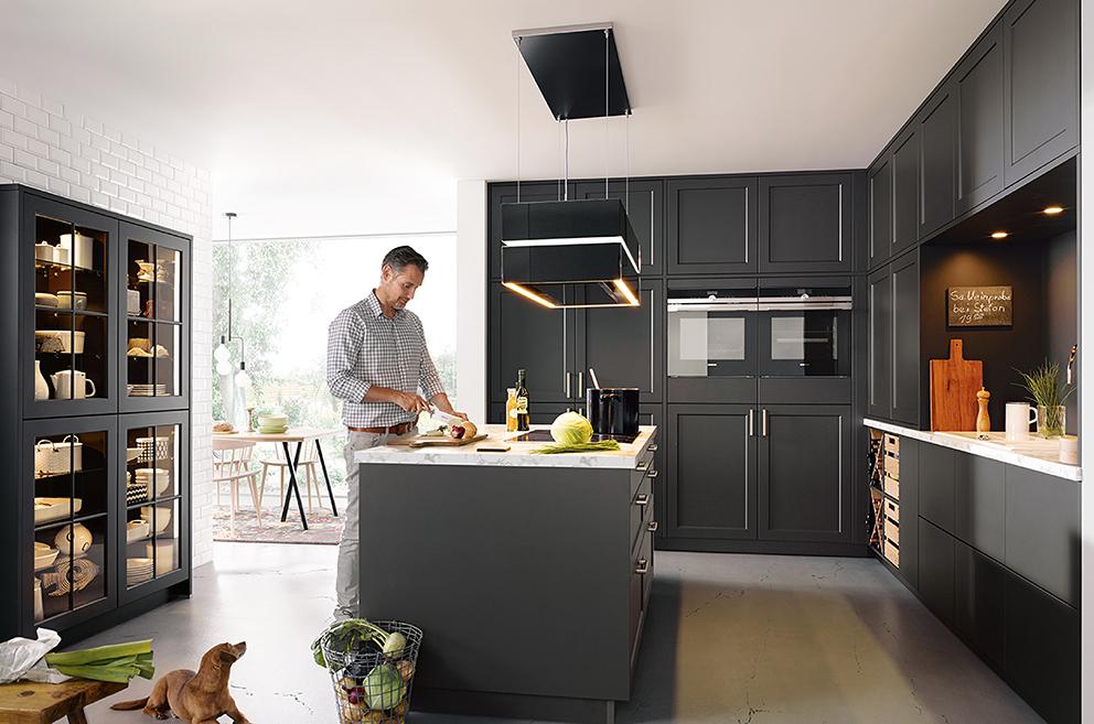 une cuisine classique noire stylée et élégante