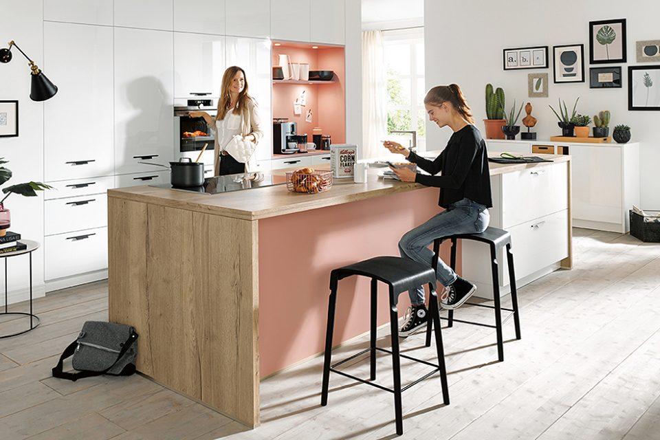 Moderne keuken verfijnde moderniteit, kookeiland met roze kleur Boncquet