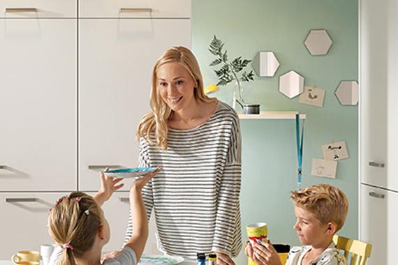 familie bij accentmuur in een witte keuken van Boncquet