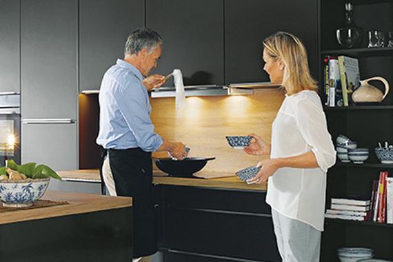 vieille couple devant un plan de travail dans une cuisine Boncquet, conseils