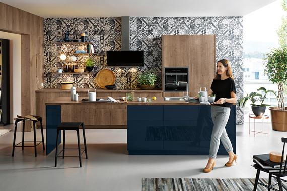 vrouw met barkrukjes bij kookeiland, Boncquet keuken