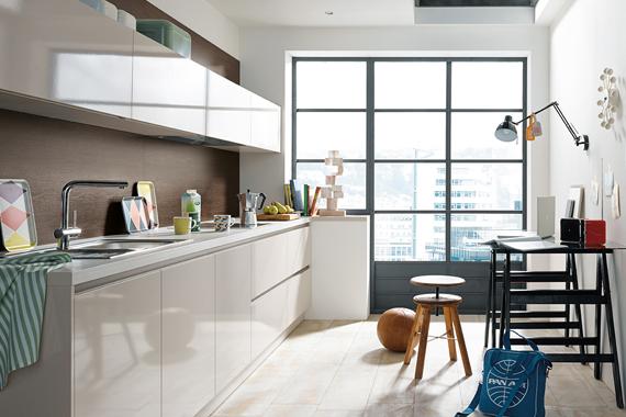 witte keuken in kleine ruimte vergroot ruimtegevoel, Boncquet