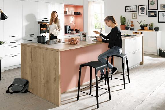 witte keuken met roze accentkleur van Boncquet