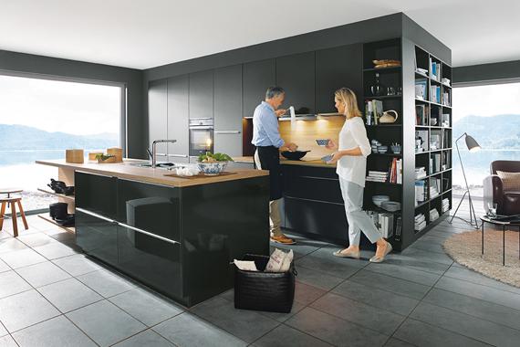 couple dans une nouvelle cuisine équipée noire de Boncquet