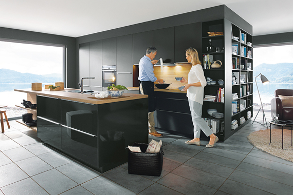 koppel in mooie Boncquet keuken, uniforme zwarte kleur, tips bij de voorbereiding
