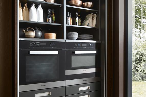 schuifdeuren die verdwijnen in de kast van een moderne keuken van Boncquet
