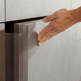 hand sluit een TIP-ON deur van een moderne keuken van Boncquet