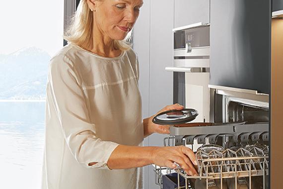 vrouw in nieuwe keuken, tips bij de voorbereiding en keuze van een vaatwasser en toestellen van een Boncquet keuken