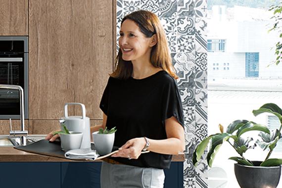 vrouw met dienblad in gezellige landelijke keuken van Boncquet