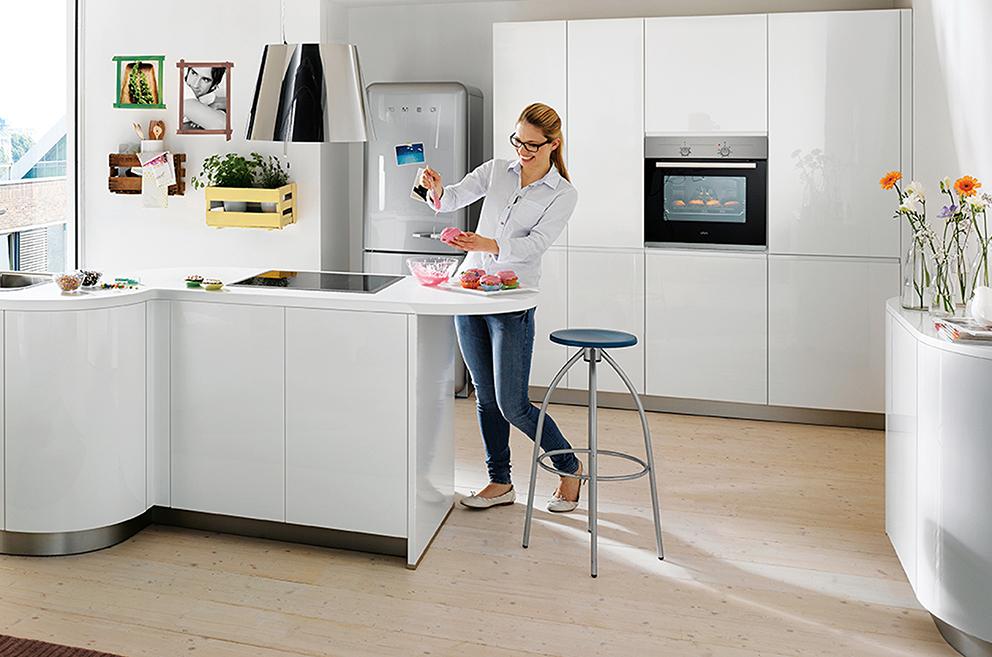 femme dans une cuisine blanche Boncquet