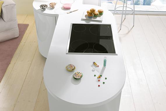 plan de travail arrondi d'une cuisine classique blanche de Boncquet