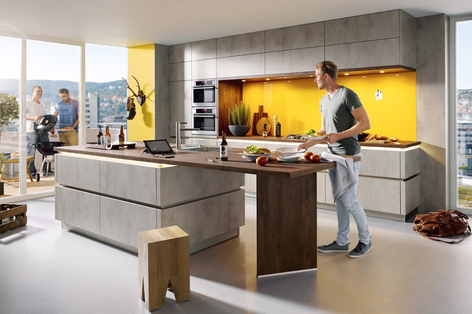 Man in moderne keuken in betonlook van Boncquet